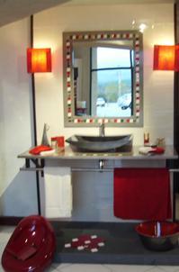 Salle de bains Tendance alliant le Blanc,le Noir et le rouge